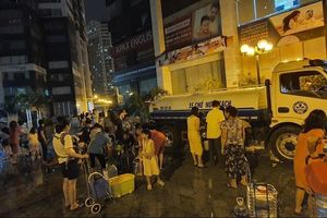 Hà Nội: 5 tiếng đồng hồ, hơn 2.000 cuộc điện thoại cầu cứu nước sạch