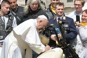 Có thêm chữ ký của Giáo hoàng Francis, siêu mô tô có giá 2,6 tỷ đồng
