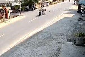 Sau va chạm, xe máy lao thẳng vào nhà dân bên đường