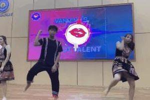 Sinh viên diện trang phục Mị và A Phủ nhảy trên nền nhạc Kpop