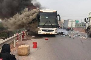 Bắc Giang: Xe giường nằm chở 10 hành khách bất ngờ bốc cháy dữ dội