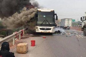 Bắc Giang: Xe giường nằm bốc cháy kinh hoàng trên cao tốc, hành khách hoảng loạn tháo chạy
