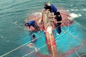 Tàu cá va vào đá ngầm, 12 thuyền viên gặp nạn ở Cù Lao Chàm