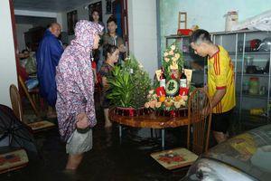 Đường ngập lụt, nhà trai dùng bể phao đẩy sính lễ ăn hỏi đến nhà gái