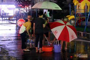Dân chung cư Hà Nội chen chân, dầm mưa hứng từng giọt nước