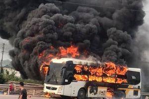Xe khách bốc cháy kinh hoàng trên cao tốc Hà Nội - Bắc Giang