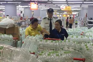 Tổng cục Quản lý thị trường chỉ đạo xử lý hiện tượng 'hét giá' nước đóng chai tại Hà Nội
