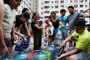 Người già bế cháu, xách xô xếp hàng chờ lấy nước sạch tại khu đô thị Linh Đàm – Hà Nội