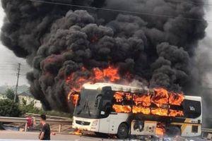 Xe khách bất ngờ bốc cháy trên cao tốc Bắc Giang