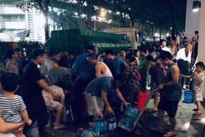 Sự cố đổ trộm dầu thải vào nước sông Đà: Tại sao sau một ngày nhận tin, địa phương mới có mặt?