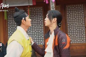 'Tiểu sử chàng Nok Du': Hậu trường cảnh hôn của Jang Dong Yoon - Kang Tae Oh, Kim So Hyun phản ứng thế nào?