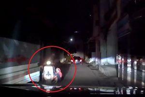 Mẹ bất cẩn để con nhỏ ngã từ xe máy xuống trước đầu ôtô