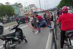 Xe máy đi vào làn ôtô rồi đánh nhau với tài xế ở TP.HCM