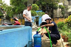 Hậu vụ nước sông Đà nhiễm dầu: Lượng người đến các nhà máy lấy nước sạch thưa dần