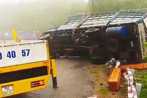 Xe tải chở gỗ bị lật, hai vợ chồng tử vong trong cabin