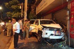 Hiện trường vụ ô tô lao qua dải phân cách, đâm thẳng vào nhà dân ở TP.HCM