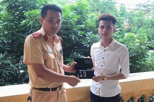 Nhặt được ví trên đường tuần tra, CSGT Bắc Ninh tìm trao cho người đánh rơi