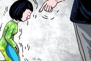 Khởi tố đối tượng tát tới tấp, bắt 3 giáo viên quỳ gối trước cửa lớp