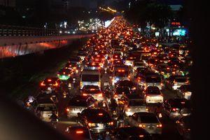 Kẹt xe không lối thoát ở cửa ngõ sân bay Tân Sơn Nhất