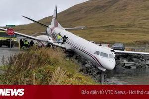 Phi công hạ cánh thảm họa, máy bay lao đầu xuống hồ nước