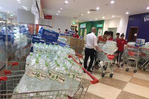 Nước sạch được cấp lại, dân vẫn kéo đi mua nước đóng chai về dùng