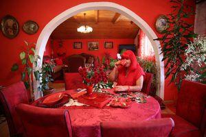 40 năm sống chung với màu đỏ của quý bà người Bosnia
