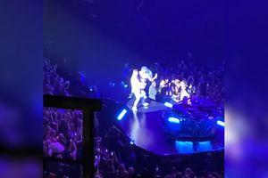 Quẫy quá đà, Lady Gaga 'lọt' sân khấu