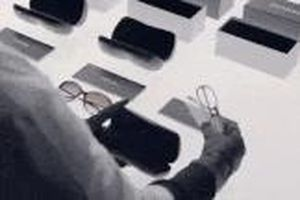 Khám phá bí mật bên trong xưởng sản xuất kính Chanel đắt đỏ