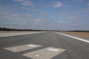 Sân bay duy nhất trên thế giới có 2 ngôi mộ nằm giữa đường băng