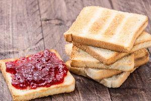 Loạt tác hại nguy hiểm của việc thường xuyên ăn sáng bánh mì