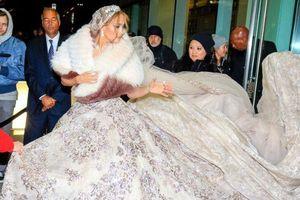 Jennifer Lopez diện váy cưới phủ kín vỉa hè thành phố New York