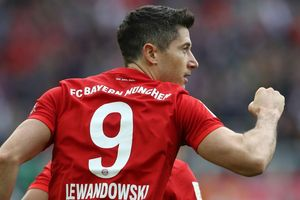 Lewandowski thăng hoa, Bayern vẫn mất điểm phút chót