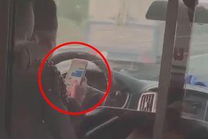 Tài xế xe cứu thương sử dụng điện thoại khi lái xe tốc độ cao