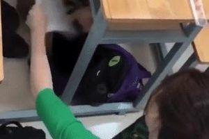 Học sinh ngủ dưới gầm bàn giật mình tỉnh dậy vì câu nói của cô giáo