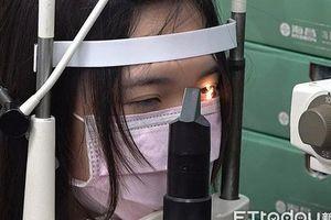Dùng điện thoại 10 giờ/ngày, nữ sinh bị mù màu