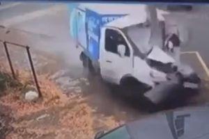 Sau va chạm tại ngã tư, xe tải đâm cột điện nát đầu