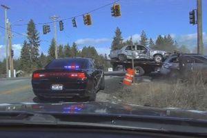 Clip ô tô lao thẳng vào hiện trường tai nạn bất chấp cảnh báo