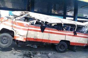 Xe buýt mất phanh lao ra khỏi cao tốc, ít nhất 20 người thiệt mạng