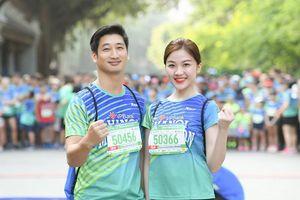 'Cặp đôi đáng ghét' Thái và Trà của phim 'Hoa hồng trên ngực trái' chạy ủng hộ trẻ em