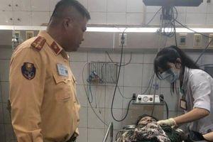 CSGT kịp thời đưa người phụ nữ bị tai nạn đi bệnh viện cấp cứu