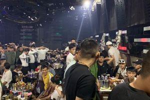 Đột kích quán bar ở Sài Gòn, hàng trăm dân chơi tháo chạy tán loạn