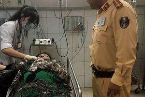 Đang chở xe vi phạm, CSGT giúp người phụ nữ bị tai nạn đi cấp cứu