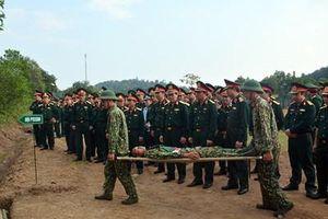 Trung tướng Phùng Sĩ Tấn kiểm tra Hội thi Đội phẫu thuật cấp cứu bước đầu các trung đoàn đủ quân khu vực phía Bắc