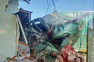 Container bất ngờ tông sập nhà dân, một người tử vong