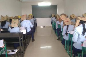 Học sinh Ấn Độ đội thùng các-tông để tránh 'quay bài', nhà trường hứng trọn làn sóng phẫn nộ