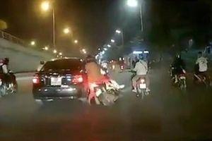 Ô tô tông gục xe máy giữa phố Hà Nội rồi bỏ chạy