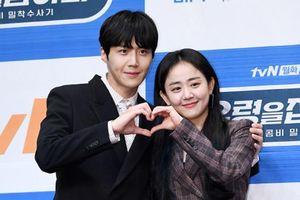 Sau khi hoãn lịch vì tang lễ Sulli, Moon Geun Young - Kim Sun Ho đẹp đôi tại họp báo 'Catch The Ghost'