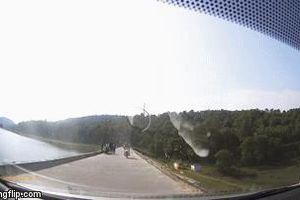 Cặp đôi chạy xe máy lấn làn, đâm trực diện ô tô, tài xế hoảng hốt: 'Xong rồi'