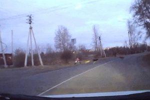 Ôtô nhanh tay đánh lái cứu bé gái đang băng qua đường