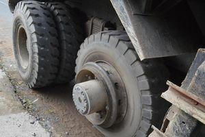 Lốp xe tải văng trúng người, nam công nhân bị thương